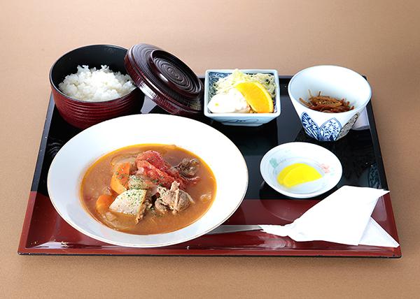 鯛生金山 レストラン「けやき」の人気メニュー『ボルシチ風ランチ』の写真