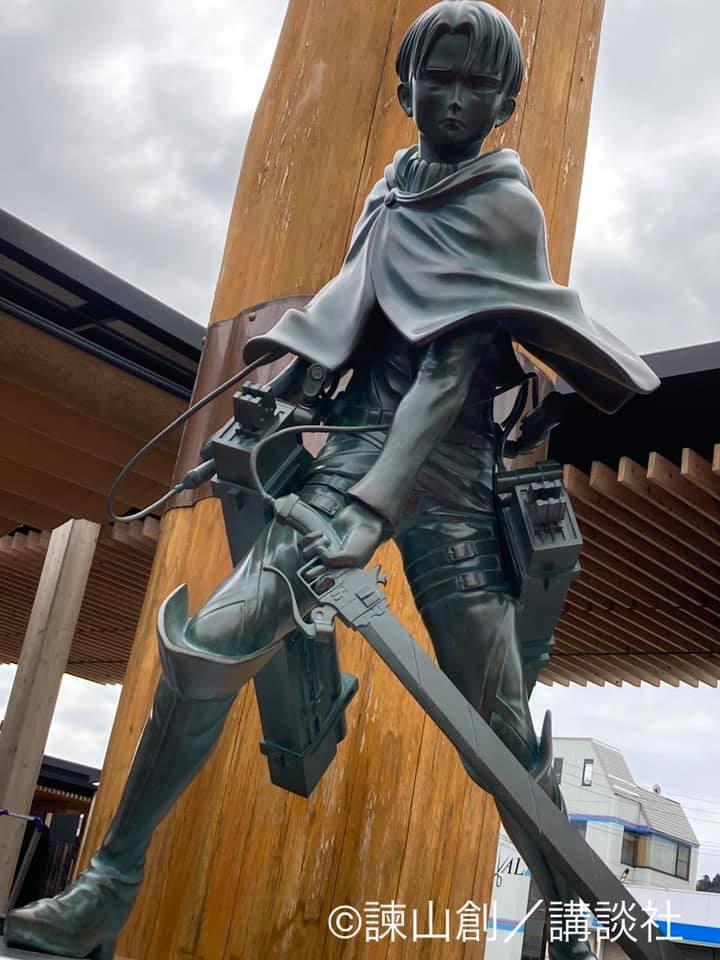 日田駅にあるリヴァイ兵長の像の写真